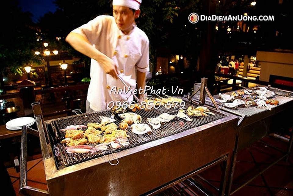 Đầu bếp đang nướng hải sản phục vụ khách hàng tại nhà hàng lẩu nướng bbq