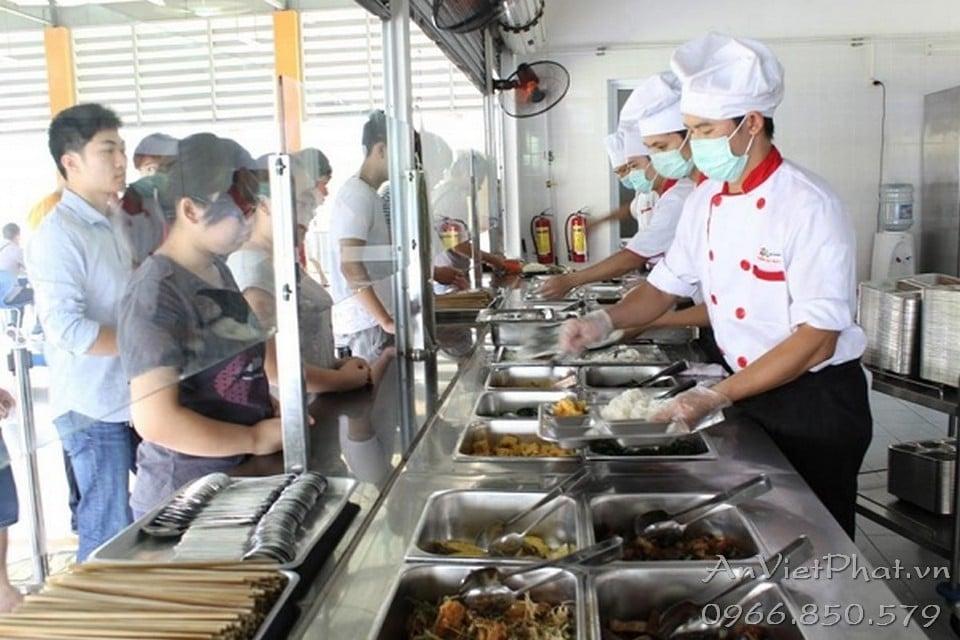 Bếp căng teen trường học sử dụng tủ giữ nóng do An Việt Phát sản xuất